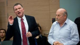 رئيس الكنيست يولي ادلشتين و عضو الكنيست من حزب البيت ليهودي نيسان سلوميانسكي خلال اجتماع في الكنيست، 23 فبراير 2016 (Yonatan Sindel/Flash90)