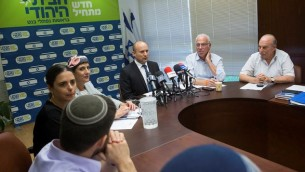 رئيس حزب 'البيت اليهودي' نفتالي بينيت يتحدث خلال اجتماع للحزب في الكنيست، 20 يونيو، 2016. (Miriam Alster/Flash90)