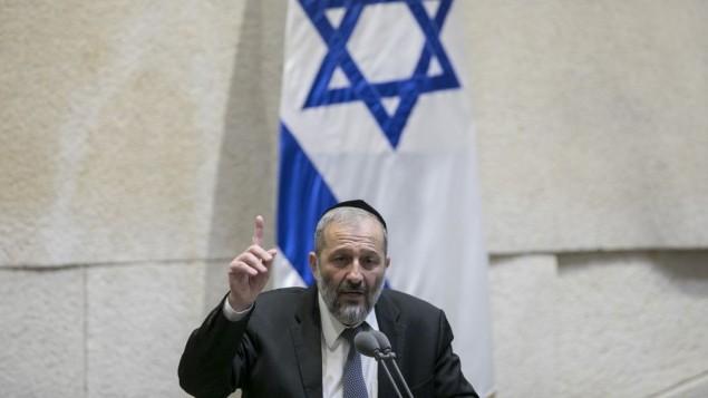 وزير الداخلية ارييه درعي يتحدث امام الكنيست في القدس، 7 نوفمبر 2016 (Yonatan Sindel/Flash90)