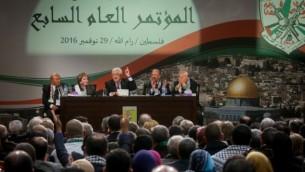 الرئيس الفلسطيني محمود عباس خلال إلقائه كلمة في اليوم الثاني من المؤتمر العام لحركة فتح في 30 نوفمبر، 2016، في المقاعطة، مقر السلطة الفلسطينية في مدينة رام الله بالضفة الغربية. (Flash90)