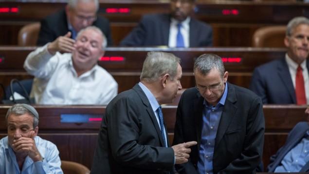 رئيس الوزراء بنيامين نتنياهو يتحدث مع الوزير ياريف لفين في الكنيست/ 7 ديسمبر 2016 (Hadas Parush/Flash90)