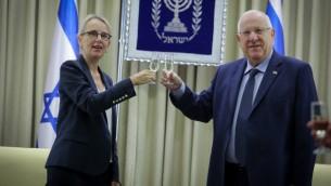 السفيرة الفرنسية الجديدة الى اسرائيل هيلين لوغال مع الرئيس رؤوفن ريفلين خلال حفل للسفراء الجدد في منزل الرئيس في القدس، 12 ديسمبر 2016 (Isaac Harari/Flash90)
