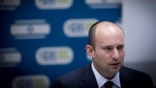 رئيس حزب البيت اليهودي نفتالي بينيت يقود اجتماع للحزب في الكنيست، 12 ديسمبر 2016 (Yonatan Sindel/Flash90)
