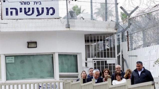 الرئيس السابق موشيه كتساف وزوجته غيلا، مع داعمين، بعد خروجه من سجن معسياهو، حيث قضى خمس سنوات من اصل سبعة بتهمة الاغتصاب، 21 ديسمبر 2016 (Aloni Mor/Flash90)