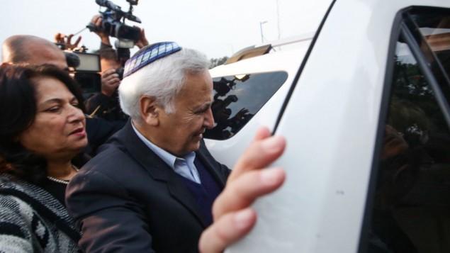الرئيس السابق موشيه كتساف بعد خروجه من سجن معسياهو، حيث قضى خمس سنوات من اصل سبعة بتهمة الاغتصاب، 21 ديسمبر 2016 (Aloni Mor/Flash90)