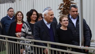 الرئيس السابق موشيه كتساف وزوجته غيلا، بعد خروجه من سجن معسياهو، حيث قضى خمس سنوات من اصل سبعة بتهمة الاغتصاب، 21 ديسمبر 2016 (Aloni Mor/Flash90)