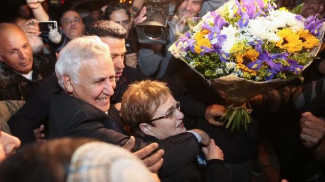 الرئيس السابق موشيه كتساف وزوجته غيلا، في بلدته، كيريات ملاخي، بعد خروجه من السجن حيث قضى خمس سنوات من اصل سبعة بتهمة الاغتصاب، 21 ديسمبر 2016 (Hadas Parush/Flash90)