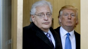دونالد ترامب ومحاميه دافيد فريدمان يغادران المبنى الفدرالي، بعد حضورهما في محكمة الافلاس، 25 فبراير 2010 (Bradley C Bower/Bloomberg News, via Getty Images / JTA)