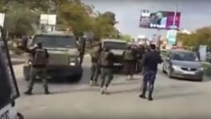 عناصر قوات الامن الفلسطينية يمنعون دخول مراكب عسكرية اسرائيلية لمدينة جنين في الضفة الغربية، 11 ديسمبر 2016 (Screen capture: Ma'an News)