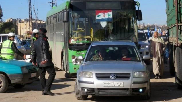 حافلة على متنها مدنيين خلال عملية الاجلاء من احياء حلب الشرقية في سوريا، 15 ديسمبر 2016 (STRINGER / AFP(