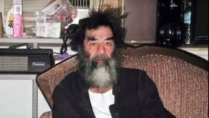 الرئيس العراقي الأسبق صدام حسين، بعد وقت قصير من القبض عليه في عام 2003، في لقطة شاشة من فيديو تم تحميله على 'يوتيوب'، 17 ديسمبر، 2016.