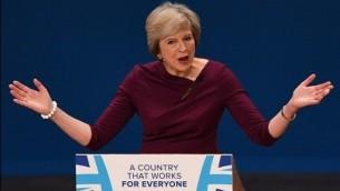 رئيسة وزراء بريطانيا تيريزا ماي في خطاب خلال المؤتمر السنوي لحزب المحافظين الحاكم في برمنغهام وسط انكلترا، 5 اكتوبر 2016 (AFP PHOTO / PAUL ELLIS)