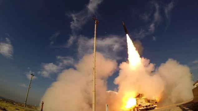 إطلاق صاروخ 'سهم 3' من قاعدة 'بلماحيم' الجوية وسط إسرائيل في 10 ديسمبر، 2015. (وزارة الدفاع)
