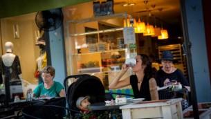 أسرائيليون يشربون القهوة في شارع ديزنجوف في تل أبيب في 13 أكتوبر 2016