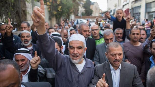 الشيخ صلاح في الوسط يقود مجموعة من مؤيديه خارج المحكمة المركزية في القدس في 27 أكتوبر 2015