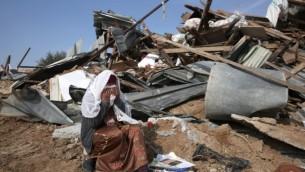 امرأة بدوية تندب هدم منزلها في قرية أم الحيران بالنقب 18 يناير 2017