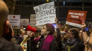 متظاهرون أمريكيون في احتجاج على القرار الرئاسي بحظر الهجرة في مطار لوجن الدولي في بوسطن ماسوتشوستس 28 يناير 2017
