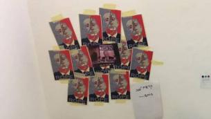 """ملصقة بنيامين نتانياهو والتي علقت على الدرج في أكاديمية بتسلئيل للفنون في ديسمبر 12 عام 2016، والتي أظهرت صورته مع حبل مشنقة حول رقبته والكلمة """"حبل"""" بخط كبير بالأنجليزية تختها"""