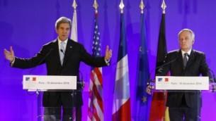 من الأرشيف: وزير الخارجية الأمريكي جون كيري، من اليسار، ووزير الخارجية الفرنسي جان مارك أيرولت خلال مؤتمر صحفي بعد لقاء جمعهما في باريس، 10 ديسمبر، 2016. (AFP/Patrick Kovarik)