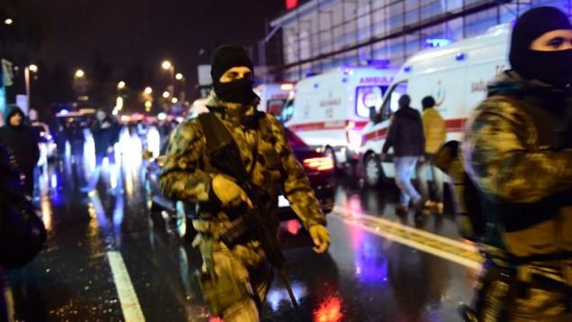 القوات الخاصة التركية وسيارات الإسعاف في موقع هجوم ليلة راس السنة الجديدة 1 يناير 2017 في اسطنبول، تركيا (AFP PHOTO / YASIN AKGUL)