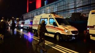 القوات الخاصة التركية وسيارات الإسعاف في موقع هجوم ليلة راس السنة الجديدة 1 يناير 2017 في اسطنبول، تركيا AFP PHOTO / YASIN AKGUL