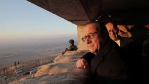 الرئيس الفرنسي فرانسوا هولاند ووزير الدفاع الفرنسي جان ايف لورديان ينظران الى اراضي خاضعة لسيطرة تنظيم الدولة الإسلامية في ضواحي مدينة الموصل، 2 يناير 2017 (CHRISTOPHE ENA / POOL / AFP)