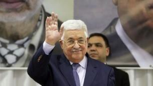 الرئيس الفلسطيني محمود عباس يحيي الحضور في 6 يناير، 2017، في بيت ساحور، القريبة من مدينة بيت لحم في الضفة الغربية. (AFP/HAZEM BADER)