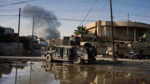 عناصر القوات الخاصة العراقية يتقدمون في حي الزهراء في الموصل، 7 يناير 2017 (DIMITAR DILKOFF / AFP)