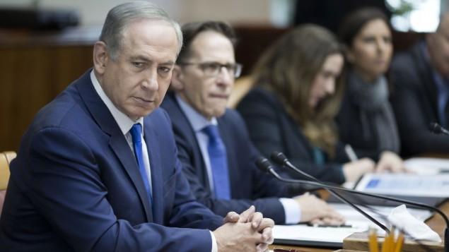 رئيس الوزراء بنيامين نتنياهو يقود الجبسة الاسبوعية للحكومة في القدس، 8 يناير 2017 (AFP/ POOL/ ABIR SULTAN)