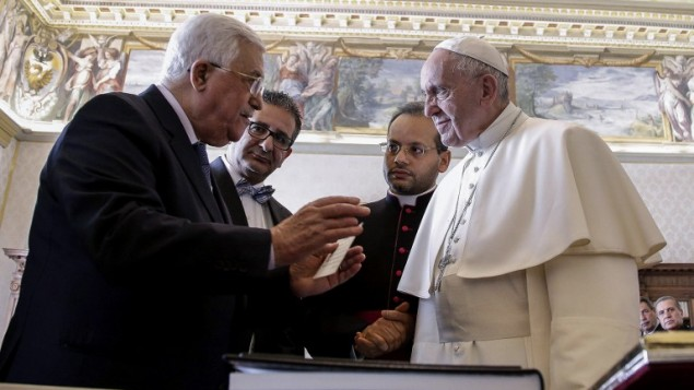 رئيس السلطة الفلسطينية محمود عباس (من اليسار) يتبادل الهدايا مع البابا فرنسيس، خلال لقاء خاص جمعهما في الفاتيكان، 14 يناير، 2017. (AFP PHOTO / POOL / Giuseppe LAMI)