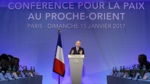 وزير الخارجية الفرنسي جان مراك أيرولت يخاطب الوفود المشاركة في افتتاح مؤتمر السلام في الشرق الأوسط، باريس، 15 يناير، 2017. (AFP PHOTO / Thomas SAMSON)
