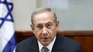 رئيس الوزراء بينيامين نتنياهو يترأس الجلسة الأسبوعية للحكومة في مكتبه في القدس، 15 يناير، 2017. (AFP Photo/Pool/Ronen Zvulun)