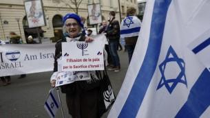 """امرأة تحمل لافتة عليها الشعار،  """"وهم السلام بالتضحية بإسرائيل""""، خلال مظاهرة في باريس ضد مؤتمر السلام الدولي، 15 يناير 2017 (AFP/Pierre CONSTANT)"""