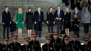 الرئيس الامريكي المنتخب دونالد ترامب وعائلته خلال احتفالات استقباله عند نصب لينكولن في واشنطن، 19 يناير 2017 (AFP/Brendan Smialowski)