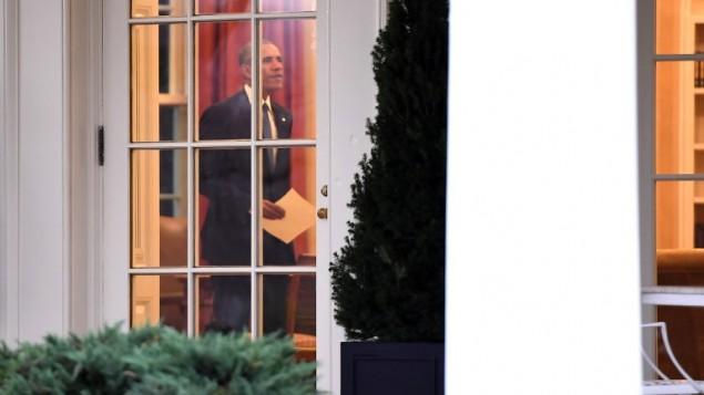 الرئيس الأمريكي باراك أوباما في المكتب البيضاوي في البيت الأبيض في العاصمة واشنطن، قبل مغادرته للمرة الأخيرة كرئيس، 20 يناير، 2017. ( AFP PHOTO / JIM WATSON)
