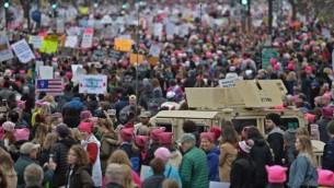 متظاهرون خلال مسيرة النساء الاحتجاجية ضد الرئيس الامريكي دونالد ترامب في واشنطن، 21 يناير 2017 (AFP PHOTO/Andrew CABALLERO-REYNOLDS)