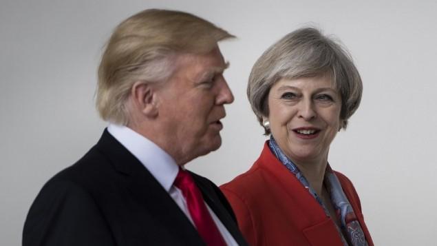 الرئس الأمريكي دونالد ترامب ورئيسة الوزراء البريطانية تيريزا ماي يسيران في البيت الأبيض، 27 يناير، 2017، في العاصمة واشنطن. (AFP PHOTO / Brendan Smialowski)