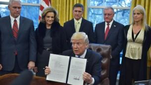 الرئيس الأمريكي دونالد ترامب يعرض مذكرة أمر تنفيذي لوضع استراتيجية تهدف إلى هزيمة  تنظيم 'الدولة الإسلامية' في سوريا والعراق بعد التوقيع عليه في المكتب البيضاوي في البيت الأبيض، 28 يناير، 2017، في العاصمة واشنطن. ( AFP PHOTO / MANDEL NGAN)