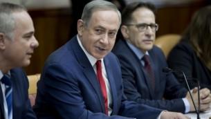 رئيس الوزراء بينيامين نتنياهو، وسط الصورة، يترأس الجلسة الأسبوعية للحكومة في القدس، 29 يناير، 2017. (AFP/POOL/ABIR SULTAN)