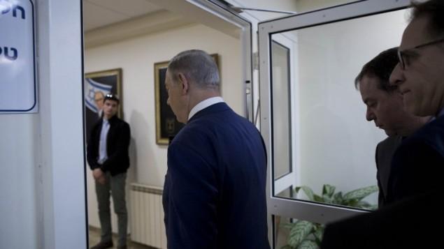 رئيس الوزراء بينيامين نتنياهو يصل الجلسة الأسبوعية للحكومة في القدس، 29 يناير، 2017. (AFP/POOL/ABIR SULTAN)