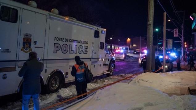 عناصر الشرطة الكندية عند مسجد كيبك بعد هجوم اطلاق نار  راح ضحيته شخصين على الاقل، 29 يناير 2017 (AFP/ Alice Chiche)