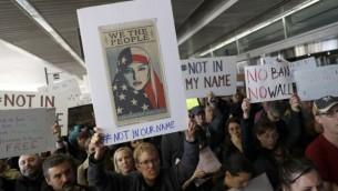 متظاهرون يحتجون على قرارالرئيس الأمريكي دونالد ترامب بمنع دخول لاجئين من 7 دول إسلامية في مطار 'جون اف كينيدي' الدولي في 28 يناير، 2017 في مدينة نيويورك. ( Stephen Lam/Getty Images/AFP)