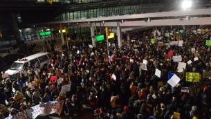 متظاهرون يحتجون على قرارالرئيس الأمريكي دونالد ترامب بمنع دخول لاجئين من 7 دول إسلامية في مطار 'جون ف كندي' الدولي في 28 يناير، 2017 في مدينة نيويورك. (Stephanie Keith/Getty Images/AFP)