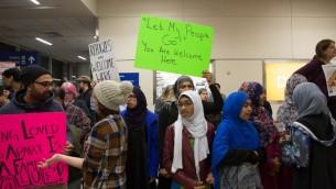 متظاهرون يحتجون على قرارالرئيس الأمريكي دونالد ترامب بمنع دخول لاجئين من 7 دول إسلامية في مطار 'دلاس-فورت وورث' الدولي في 28 يناير، 2017 في دلاس، تكساس. (G. Morty Ortega/Getty Images/AFP)