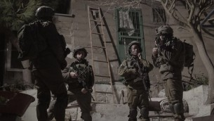 جنود اسرائيليون يحرسون بينما يتم اغلاق ورشة عمل يشتبه انها صنعت اسلحة غير قانونية في الخليل، 30 يناير 2017 (IDF Spokesperson's Unit)