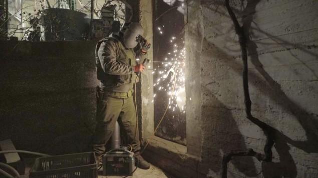 جندي اسرائيلي يغلق ورشة عمل يشتبه انها صنعت اسلحة غير قانونية في الخليل، 30 يناير 2017 (IDF Spokesperson's Unit)