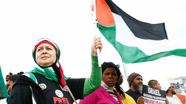 متظاهرين مناصرين لحركة المقاطعة، سحب الاستثمارات، فرض العقوبات ضد اسرائيل امام عرض لفارل ويليامز في جنوب افريقيا، 21 سبتمبر 2015 (Michelly Rall/Getty Images)