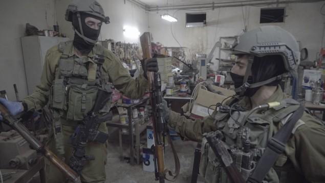 جنود إسرائيليون، إلى جانب الشرطة الإسرائيلية وجهاز الأمن العام، يصادرون عشرات الأسلحة غير القانونية في بيت لحم والخليل في 23 أغسطس، 2016، في إطار حملة واسعة النطاق ضد الأسلحة الغير قانونية في الضفة الغربية. (IDF Spokesperson's Unit)