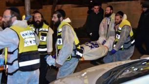 طاقم زكا يحملون جثامين افراد عائلة امرأة مشتبهة بقتل اربع بناتها في حريق بالقدس، 1 يناير 2017 (Moshe Mizrahi/ZAKA)
