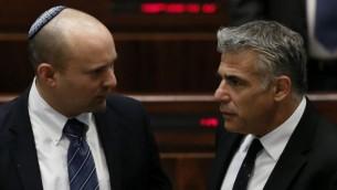 وزير الإقتصاد حينذاك نفتالي بينيت (من اليسار) ووزير المالية حينذاك يائير لابيد في الكنيست، 11 مارس، 2014. (Miriam Alster/Flash90)